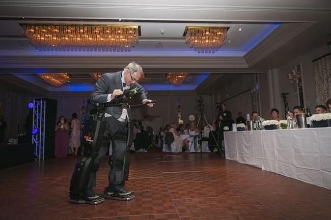 這名半身不遂的爸爸在他女兒的婚禮上給了大家一個大驚喜...他站起來了!
