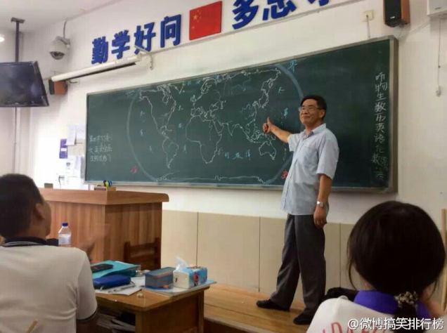 50年的功力!這個人拿起粉筆然後直接憑記憶,把整個世界地圖和所有細節畫出來...!