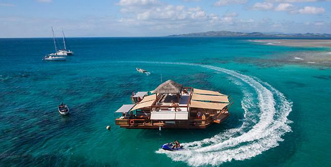 它也有提供游泳、潛水、還有水上摩托車的娛樂設施。