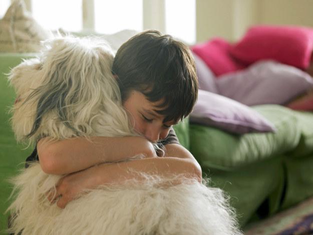 17. 在你哭的時候,他可能也會借你靠靠他的肩膀,給你安慰。