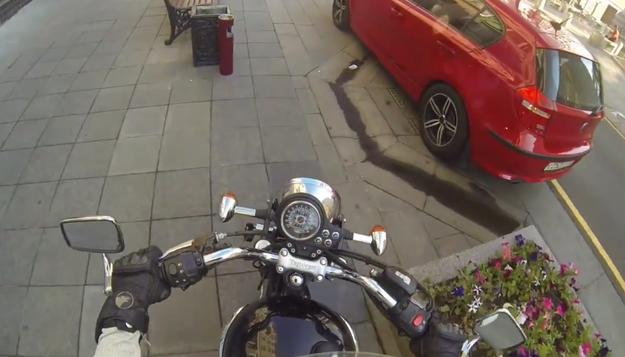 這名摩托車女騎士處罰隨地亂丟垃圾的人的方法...讓所有人都愛死了!