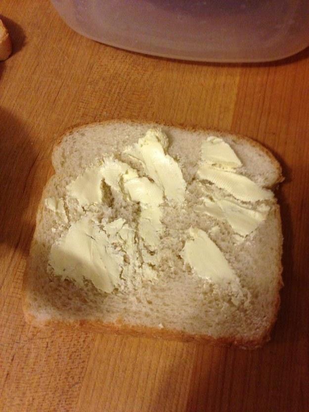 21. 軟麵包上頭的硬奶油。