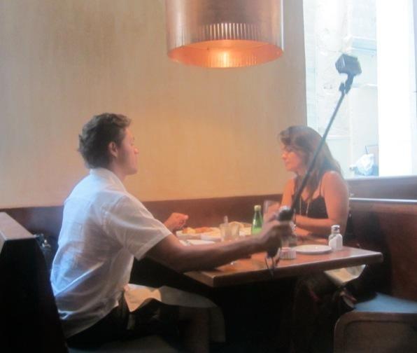 19. 浪漫晚餐的自拍照。