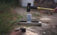 iPhone 6 Plus 看起來真的很耐摔,但它能抵抗得了液態氮和大锤子嗎?