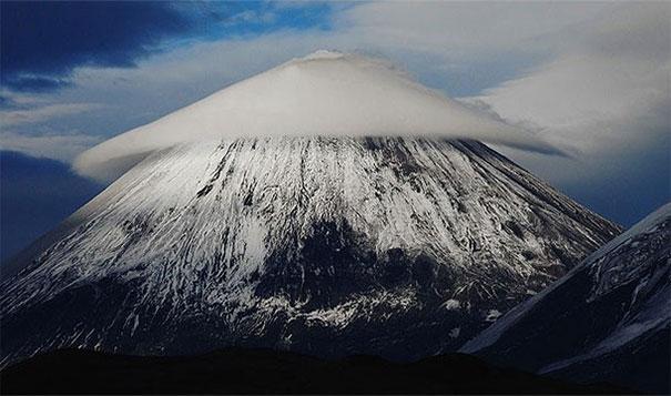 26. 莢狀雲(Lenticular Clouds):當濕潤的水氣被山的地形抬升而變熱時,會造成這樣奇妙形狀的雲朵,常常會被誤以為是幽浮。