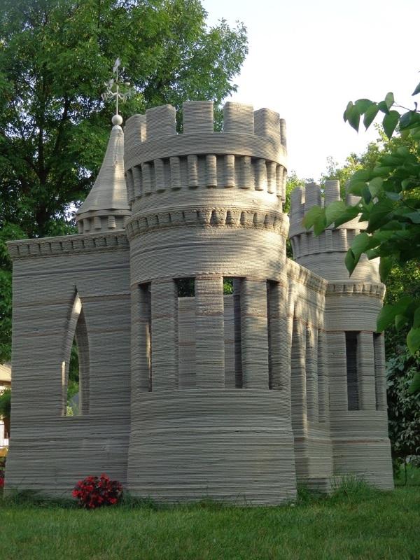 建商小心啦!這個男人在自家後院用3D列印做出一座真的城堡。