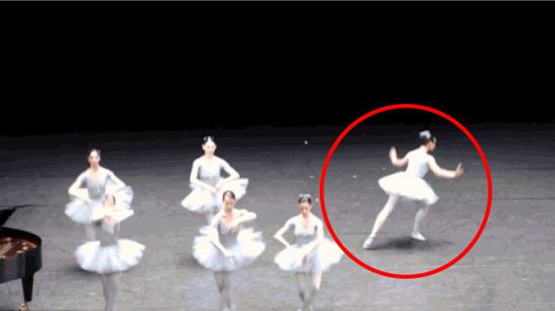 沒有人想到會在一場芭蕾舞表演看到這樣的事情。等一下,她在做什麼?!