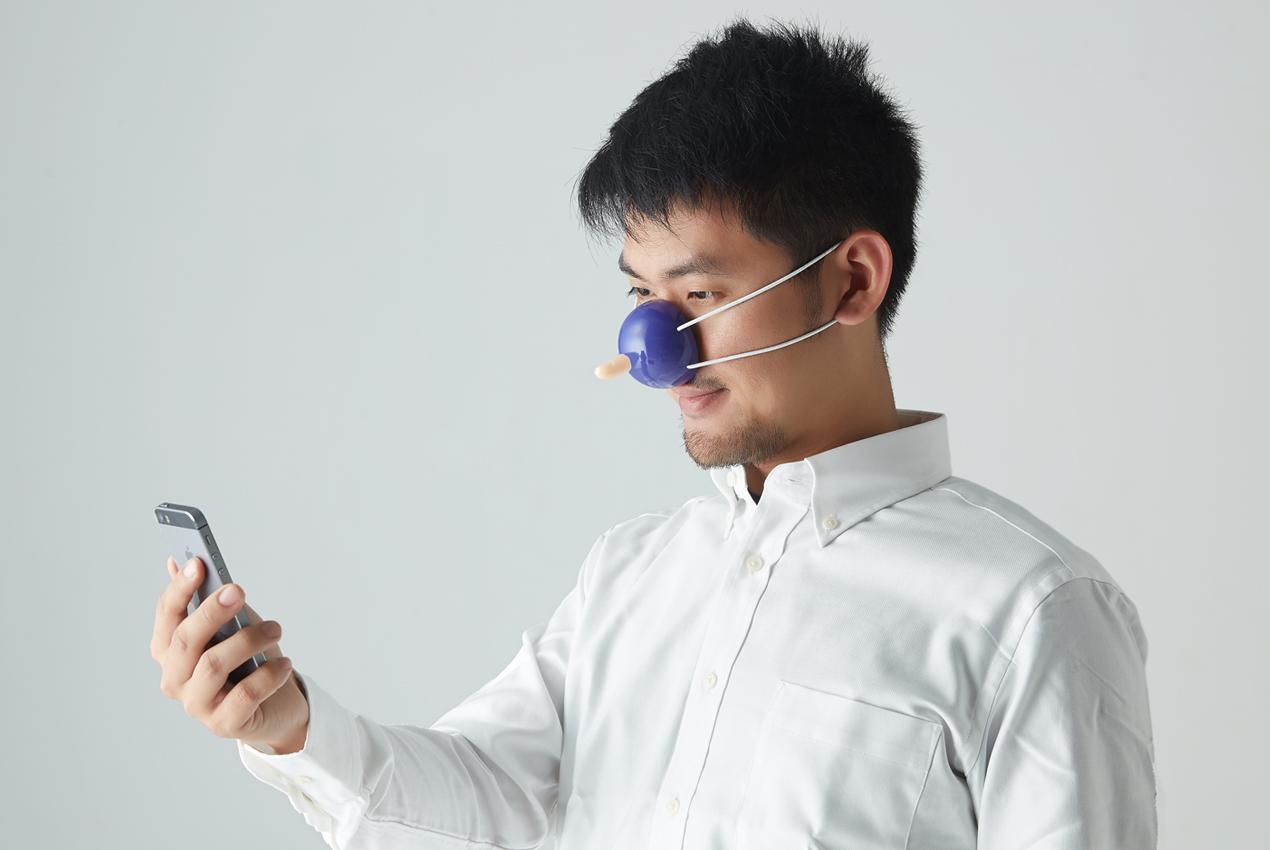 只要你戴上「Yahoo 歡樂一百點」,輕輕地動一下你的頭,就能操控手機、點開Yahoo行動首頁的各種生活小幫手了!