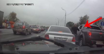 一名不爽的駕駛員下車想要找對方麻煩,但走到對方的車子時,他看到的景象讓他直接投降!