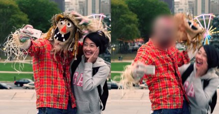 路人以為只是在跟一個可愛的稻草人合照,但下一秒面具脫掉後...*尖叫!*