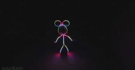 天才老爸幫小女兒發明的高科技萬聖節裝扮能做的事情真的很酷!