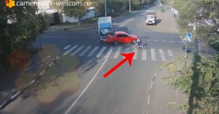 自行車騎士在幾秒內躲過死亡...兩次!影片放慢的時候,過程更是不可思議!