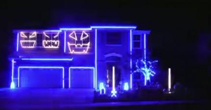 我看著這個亮著紫光的房子幾秒就完全被勾住了。再過了幾秒...天啊,這簡直太爆炸酷了!