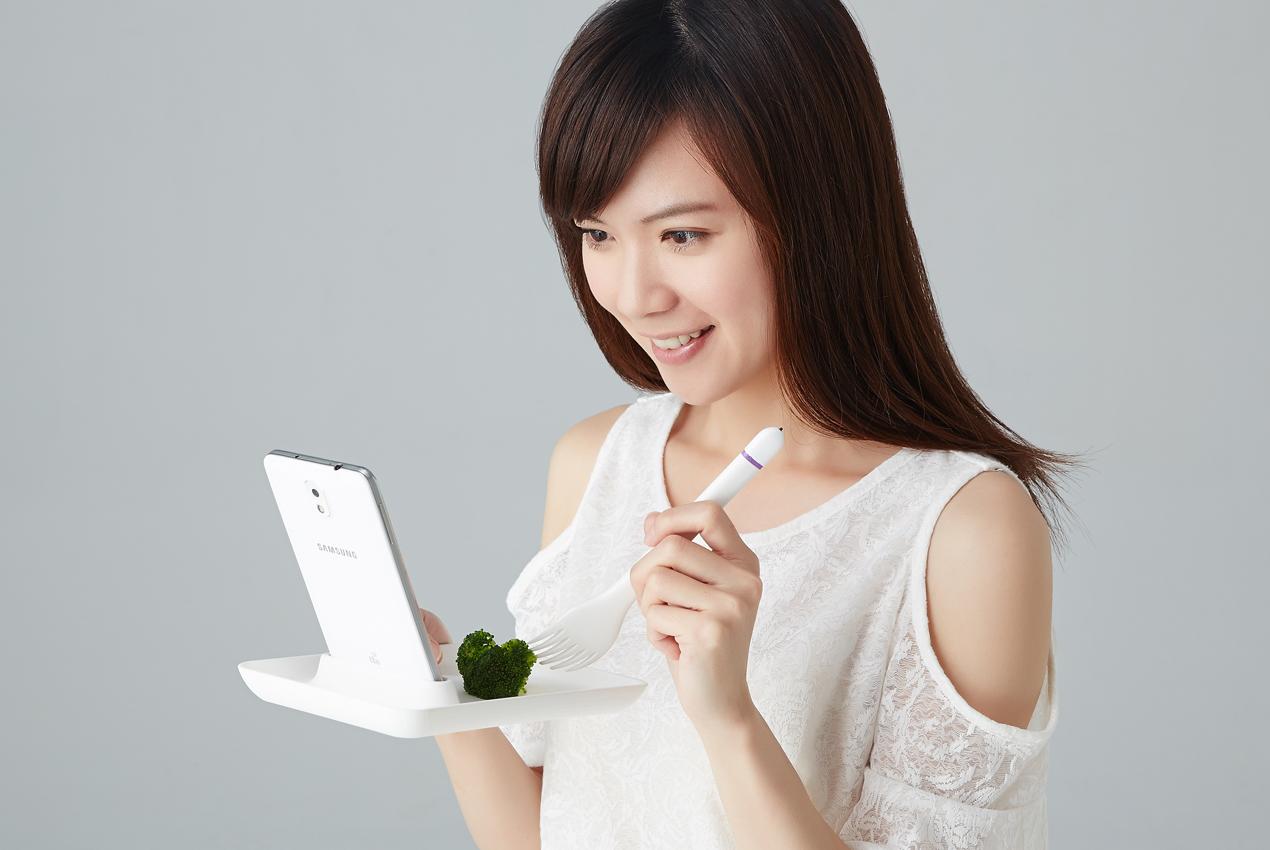 「Yahoo 觸控餐具」,一頭是餐具、另一頭是觸控筆,還有餐盤讓你放手機。完美結合手機跟吃飯!