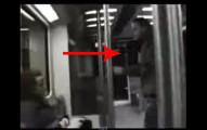 電車上有一名流氓攻擊一個女乘客。坐在旁邊的男子用最天才的方法讓流氓知難而退。