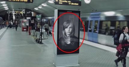 當電車經過時,民眾驚喜地看著螢幕中小女孩秀髮隨風起舞。但下一秒螢幕裡的畫面讓他們悲喜交加。