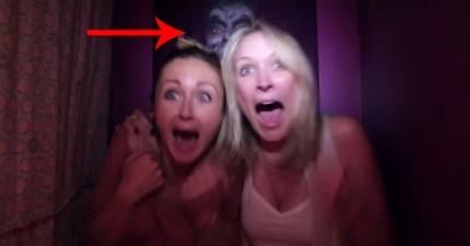 「起司~」拍照亭裡拍第一張都還沒事,拍到第二張時後面忽然出現恐怖臉孔!
