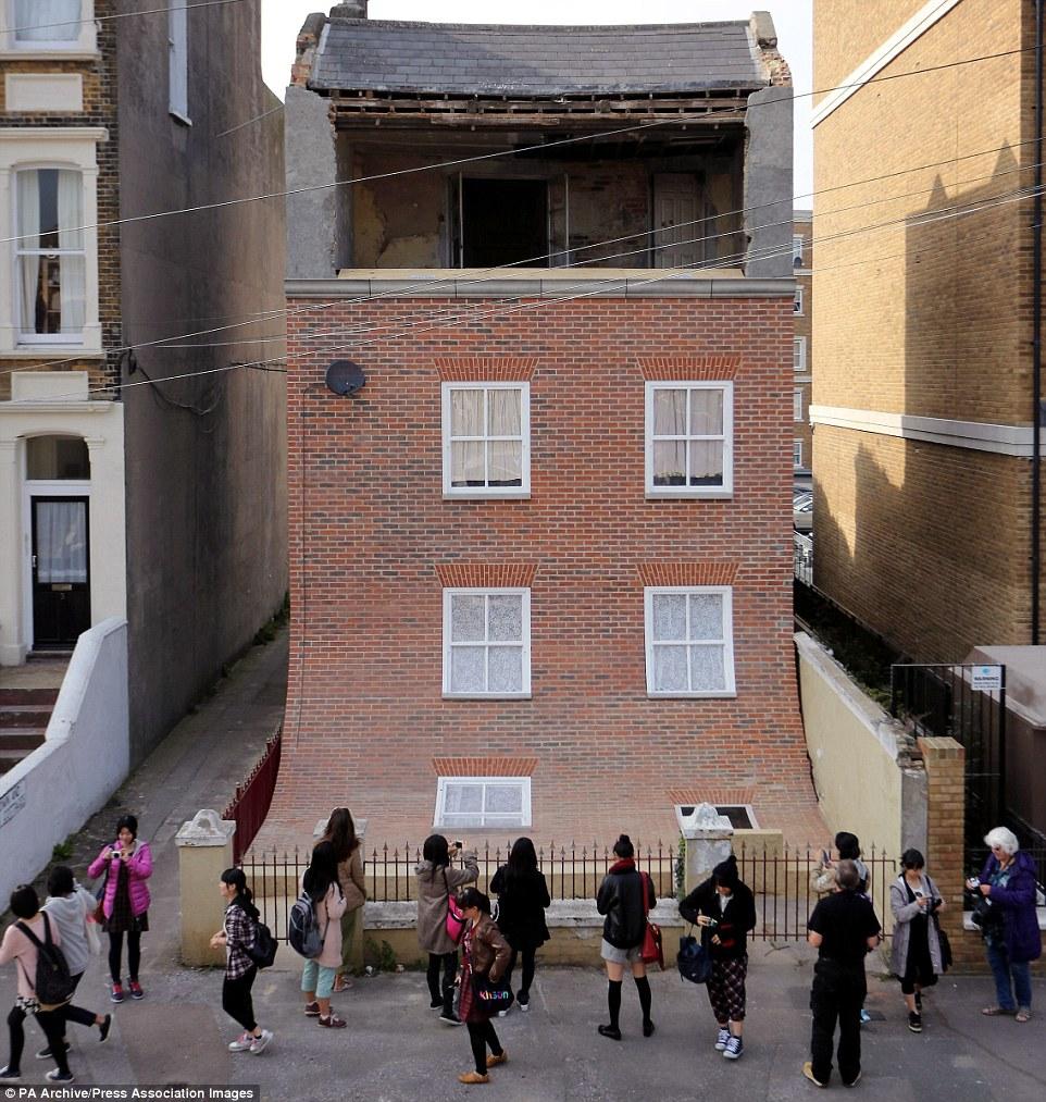 在去年10月,這位藝術家也在英國馬蓋特(Margate)設計了這個塌下來的建築,叫作「From The Knees Of My Nose To The Belly Of My Toes」