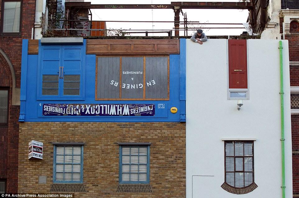 在倫敦另一處,Chinneck也重新設計了另一棟原本要被拆除的房子,將它設計成上下顛倒的房子。