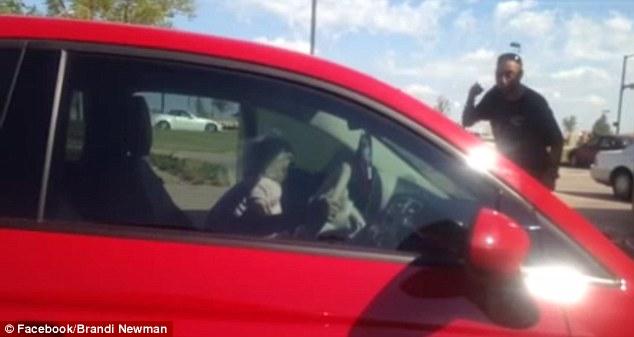 這個男人每天都捐錢給這位乞討的78歲老太太。但有一天,他看到老太太開著一台新車經過...理智線完全斷裂!