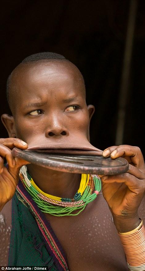 這名少女的唇盤比她的頭都還要大!當地政府已禁止此行為,但她們為了重要的理由還是繼續做下去。
