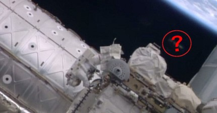 美國太空總署公開維修太空站時拍到的幽浮目擊照片。這是真的,還是只是太空垃圾?