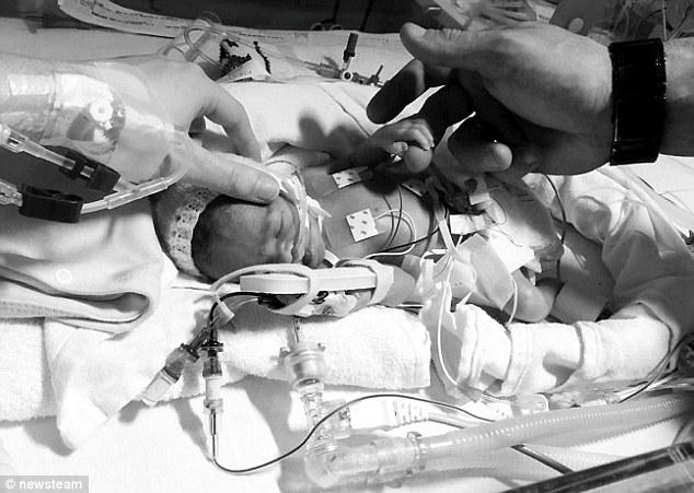 這位母親第一次餵差點死掉的寶寶喝母乳,照片卻遭到檢舉被Facebook移除。
