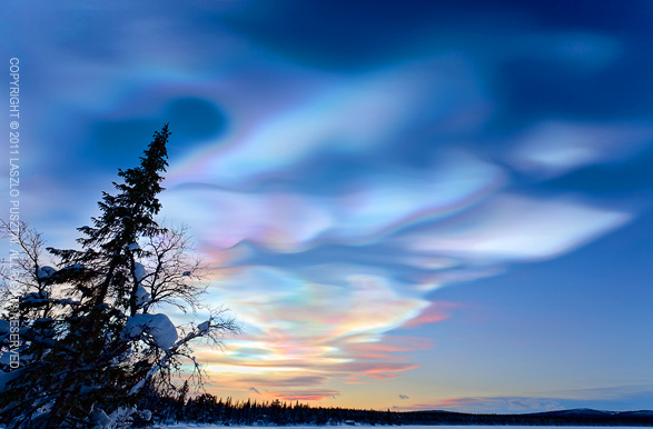 9. 貝母雲 (Nacreous clouds) 也被稱為極地平流層雲。這些又薄又高的雲可以捕捉並折射出黃昏和黎明時的光線,出現彩虹色光芒。這樣的光芒可以出現在任何雲朵,但因為極地的地區條件,還是比較常出現在這裡。這些雲有些會有硝酸和/或硫酸,會產生氯氣,可以有助於臭氧的耗竭。