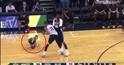 5歲罹患癌症的小男孩跟籃球隊簽了一天約幫他們打籃球。我可以說,他還挺厲害的!