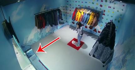 不知情的消費者逛街逛到一半,地板居然慢慢消失,最後被迫攀在牆上!