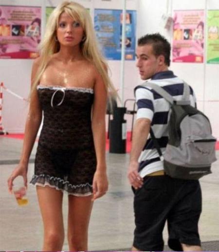 3. 真人芭比穿著半透明洋裝,年輕男生當然無法抗拒~