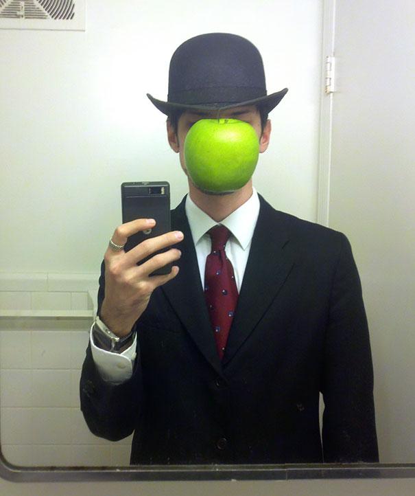 17. 超現實畫家 雷內·馬格利特(René Magritte)《戴黑帽的男人》(The Son of Man)