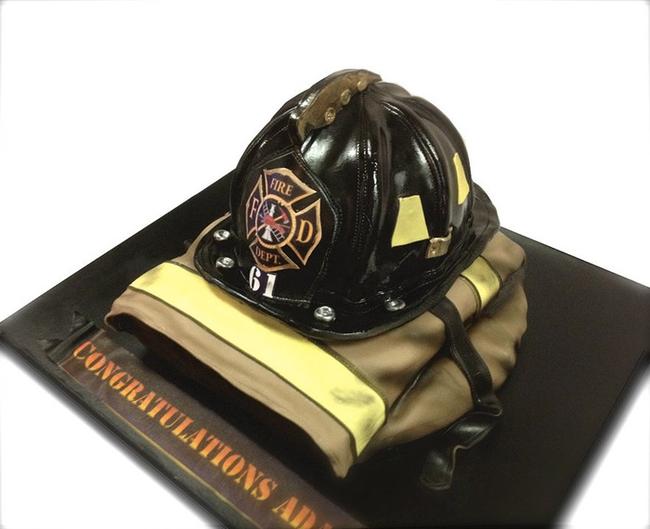 救火頭盔和夾克蛋糕