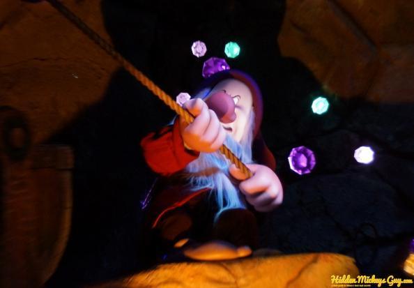 19. 七個小矮人礦車(Seven Dwarfs Mine Train):愛生氣(Grumpy)寶石中的米奇