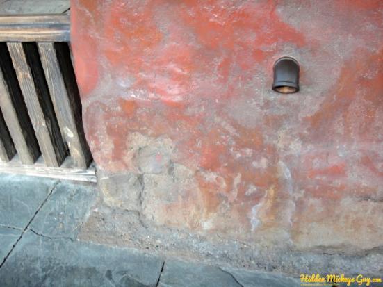 18. 聖母峰探險(Expedition Everest):紅牆上的米奇