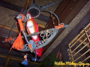6. Enchanted Tiki Bird棲息在Mickey的吊環上頭