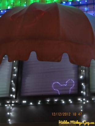 12. Osborne Lights:在遮雨棚下面的米老鼠