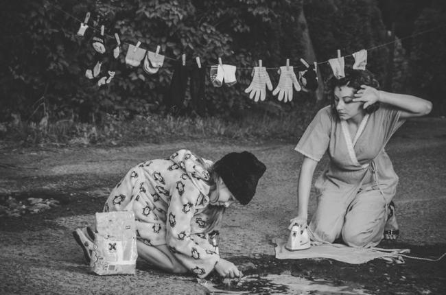 古早的時候,人們都是在溪水邊做家事呢!咦,這是路上的坑洞喔?