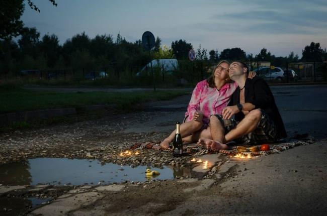 這些居民非常不滿意馬路都是坑洞,因此他們拍攝了這一系列的逗趣照片諷刺政府來解決問題。