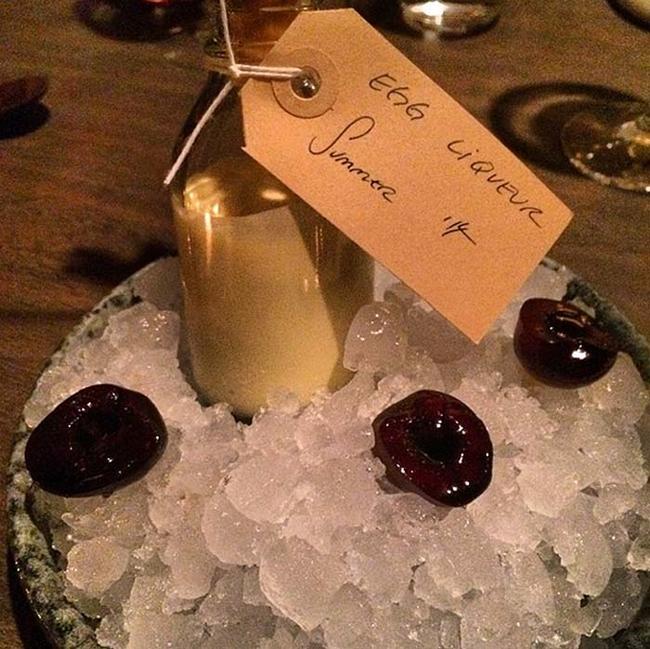 23. 甜點:淡酒還有醃漬櫻桃。感覺好棒啊!