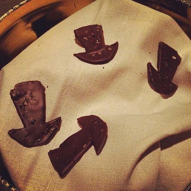 22. 甜點:發酵蘑菇裹巧克力。
