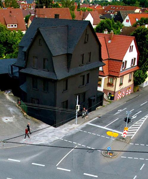 24. 城市中的黑暗房子。