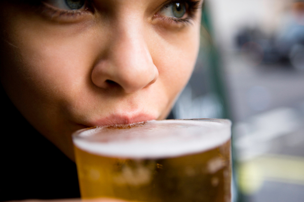 7. 大聲的音樂可以讓一個人在更短時間喝更多酒。