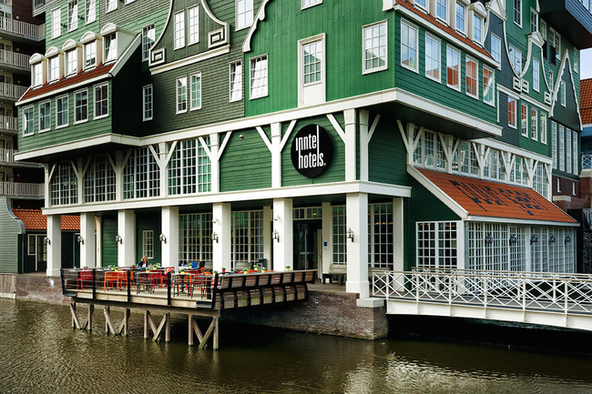 This hotel is a monument to the region's history. Its exterior is designed to look like a mashup of traditional houses in the Zaan area. Each room is themed to represent one aspect of the area's history, with accompanying murals on the walls.