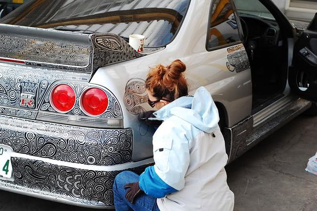 這名男子讓他的老婆用麥克筆在他的車子上畫畫?!100個小時後,OMG...這太棒了!