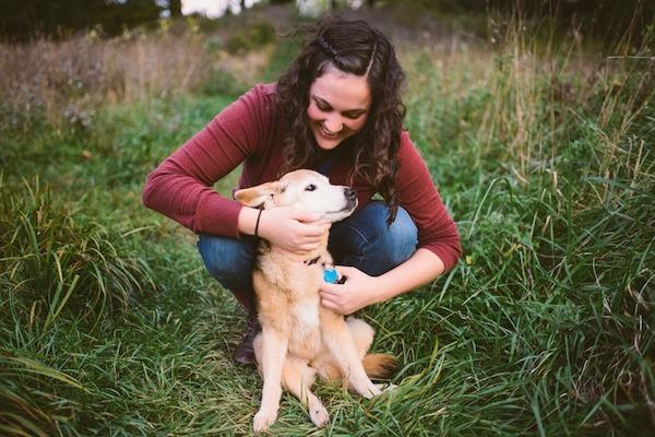 她知道她16歲的狗狗家人活不久了,因此決定以最甜蜜的方式陪他走最後一程。