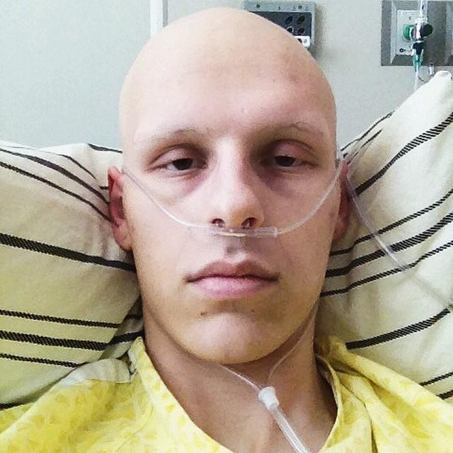 自拍風氣有點OVER,但這個男孩對抗癌症過程的一系列自拍照...只能說讓人太感動了!