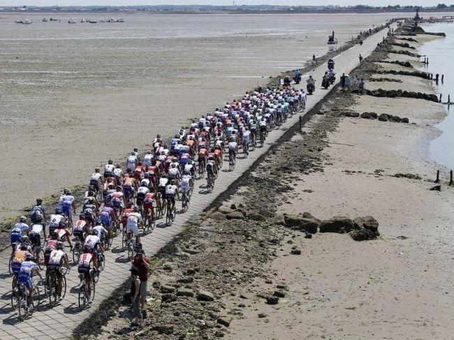 一些腳踏車選手正要穿越格伊斯通道,天氣很好、陽光明媚、路況也很好、都在水平面以上 (我是指現在...)