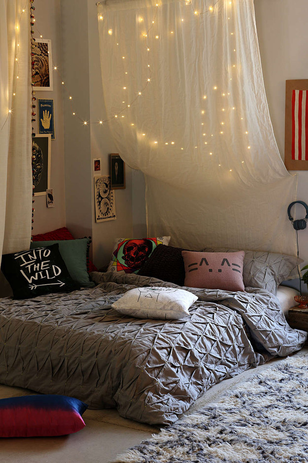 1. 在你的床鋪四周掛一些串燈。