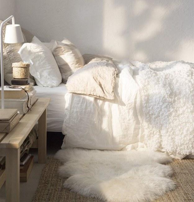 5. 拿一塊毛毯擺在床邊,讓你每天早上下床,雙腳更舒服。
